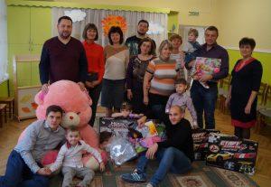 Учасники акции в центре помощи детям