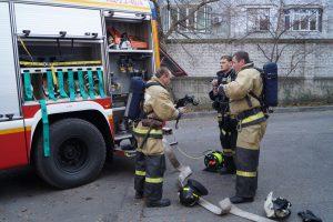 Пожарные говятся к тушению пожара