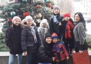 Возле елки Новогодней